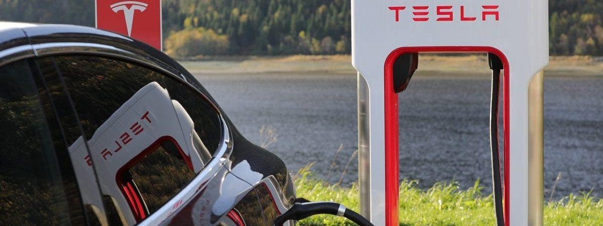 I britanski osiguravatelji počinju nagrađivati vlasnike vozila Tesla za korištenje autopilota