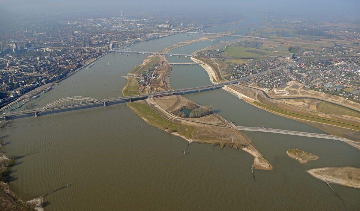 Otok stvoren kopanjem kanala kako bi se omogućilo više mjesta za rijeku Waal i spriječile poplave, Nijmegen, Nizozemska