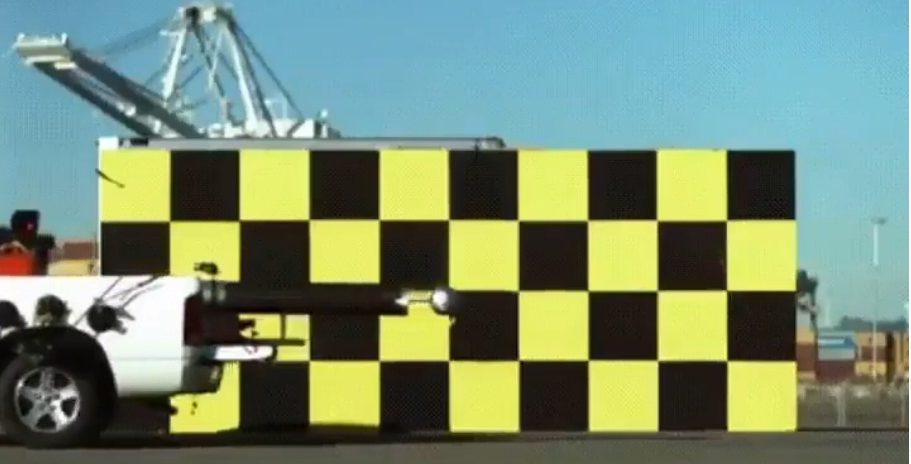 Ispucavanje nogometne lopte brzinom od 50 mph iz topa s kamiona koji ide 50 mph – GIF