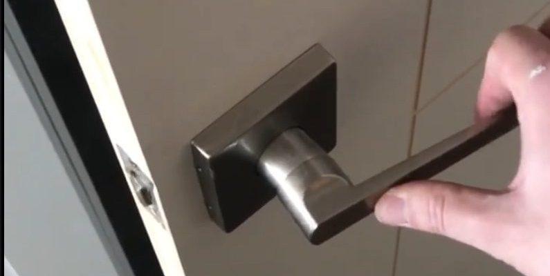 Vrata koja se otvaraju ako se kvaka povuče u bilo kojem smjeru – GIF