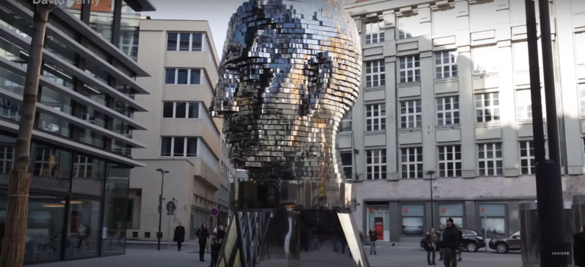 Skulptura 'Glava Franza Kafke', Prag, Češka – video