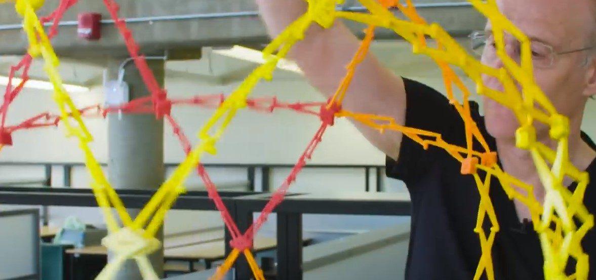 Kako harvardski profesor čini transformirajuće igračke i dizajne – video